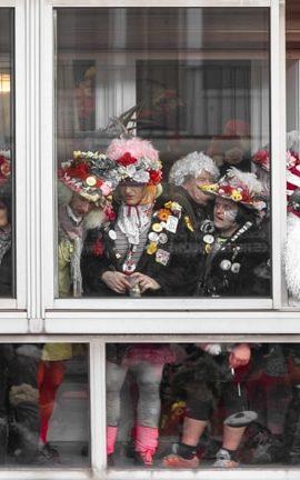Une brochette de carnavaleux sur un balcon dans une chapelle.