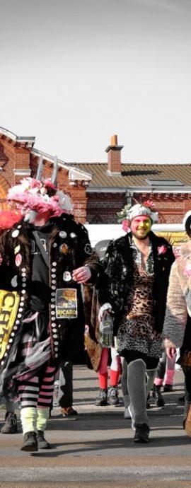 La bande de carnavaleux arrivant à la gare de Bergues prête à passée à l'assaut du carnaval