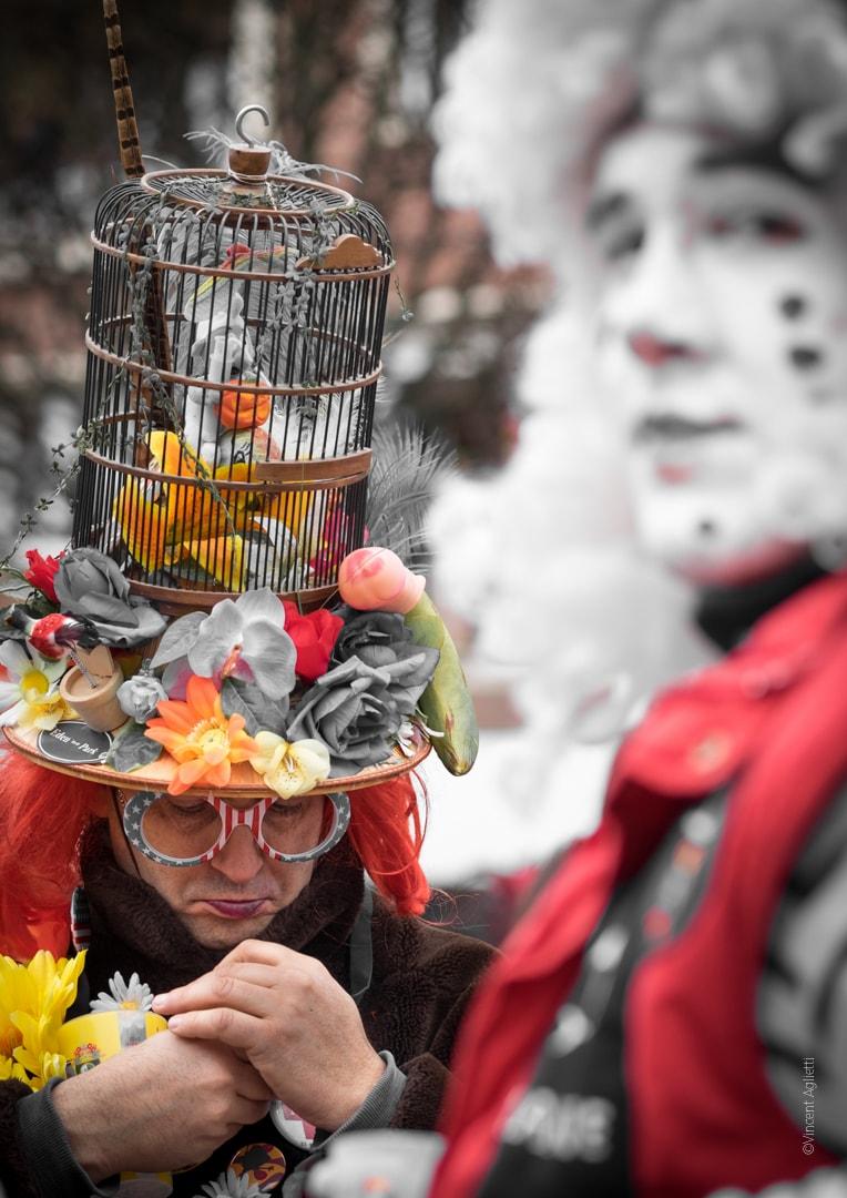 portrait de deux carnavaleux dont un portant un grand chapeau et se rhabillant.