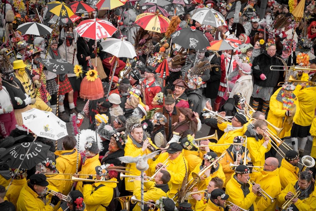 La bande est prête à repartir les musiciens occupent le bas de l'image tout de jaune vêtu et les premières lignes le haut de l'image.