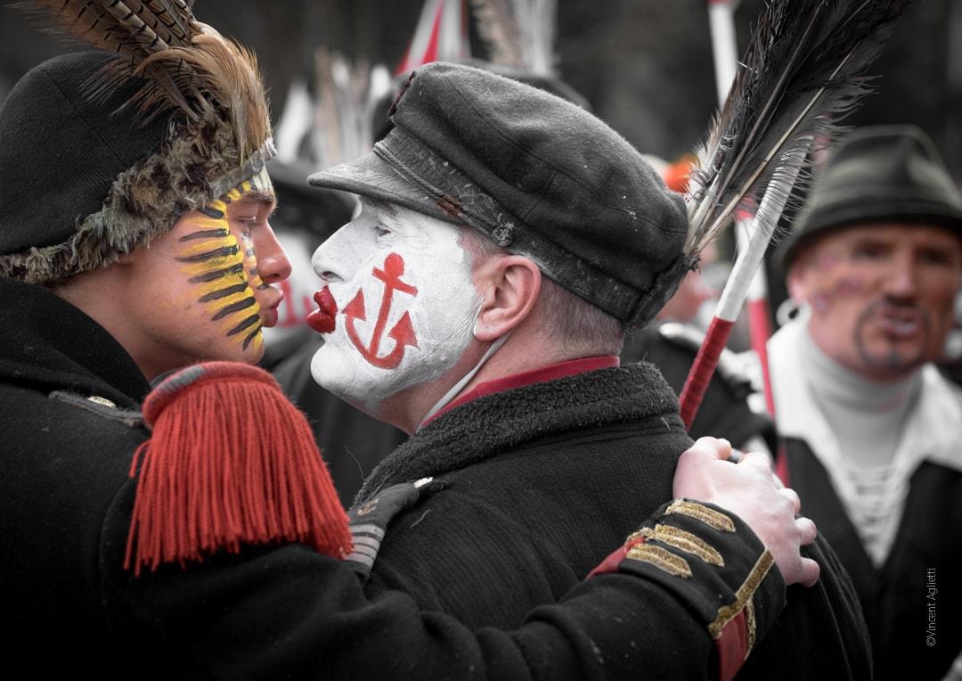 deux carnavaleux s embrassant sur la bouche en signe de bonjour, c'est le zotche.