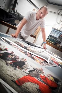 Jerome Gorce vérifie les derniers tirages fine art du carnaval de dunkerque, qui seront exposés à Arles par Vincent Aglietti dans le cadre des voies off 2017 à la Galarie Constantin. dans le cadre des voies off 2017