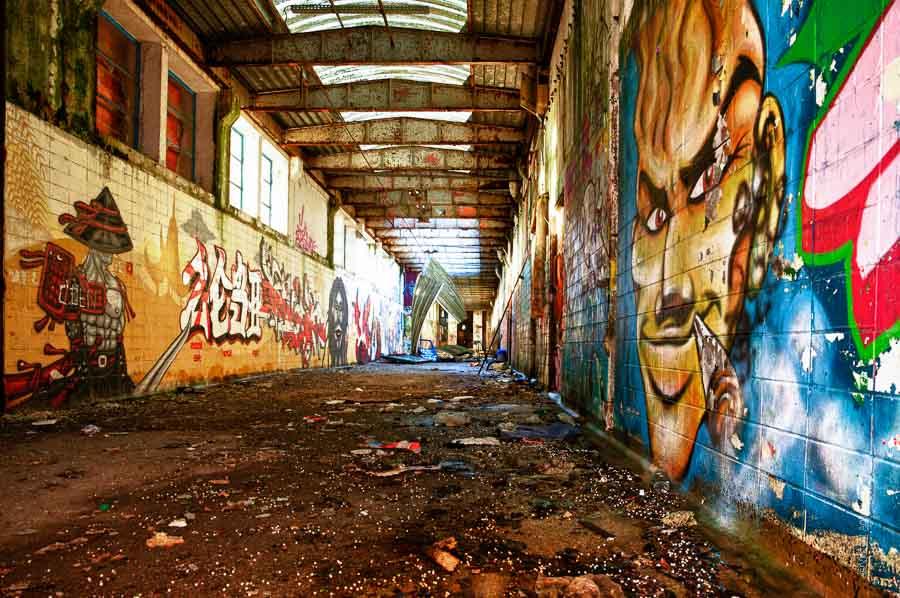 Une galerie recouverte de graffs conduisant au coeur des anciens abattoirs des tanneries.