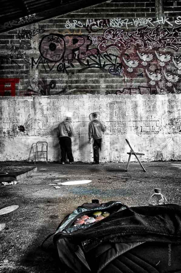 Les graffeurs des tanneries à Dijon sont en pleine réalisation. Ils donnent le sentiment de traverser les murs.
