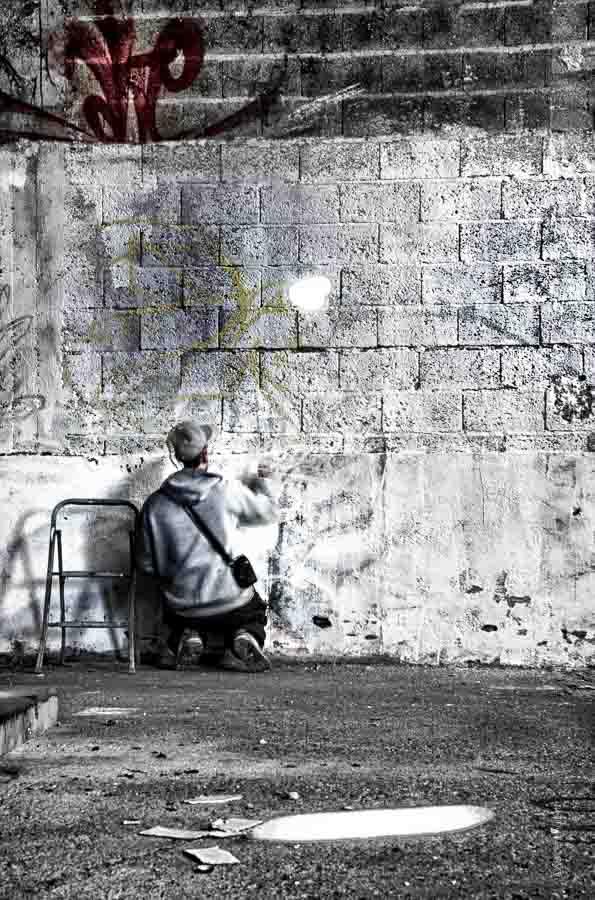 L'un des graffeurs des tanneries de Dijon s'est agenouillé pour commencer à recouvrir cet immense espace de moellons.