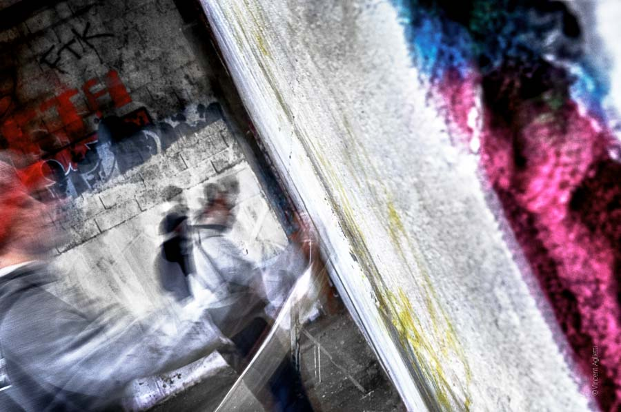 La chorale des graffeurs des tanneries est en action. Les murs se recouvrent de peinture et revivent à nouveau.