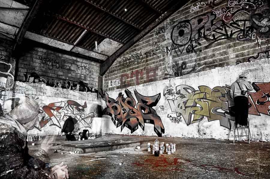 Les graffeurs des tanneries entament une dernière fresque sur les murs des anciens abattoirs de Dijon.