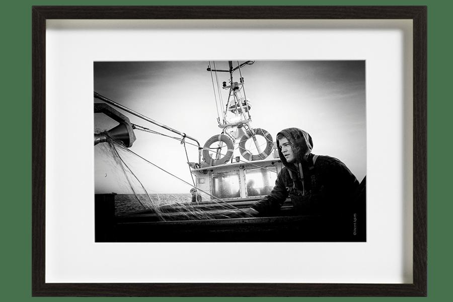 Camille le marin pêcheur replie les derniers filets. Une journée très pauvre en poissons mais il reste quelques casiers à relever.