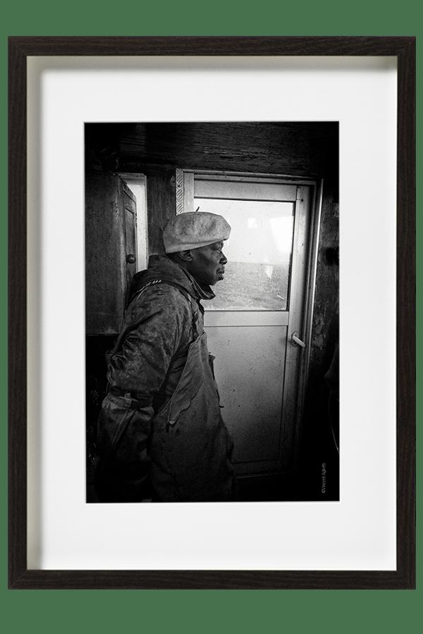 Moussa le marin pêcheur aguerri vit ses dernières semaines de pêche sur le bassin d'Arcachon avant de regagner le Sénégal.
