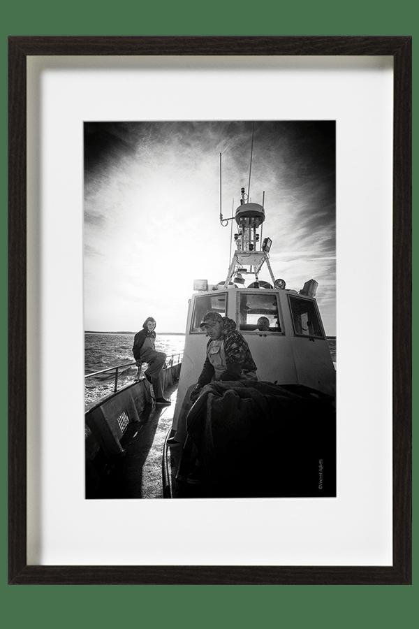 Une petite pause avant de relever les premiers filets. Le capitaine et les marins pêcheurs se préparent.