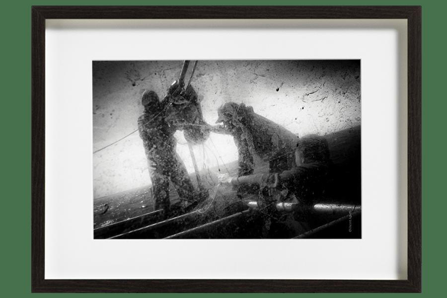 Les marins pêcheurs demêlent un filet remonté trop rapidement, il y a urgence à le remettre en action.