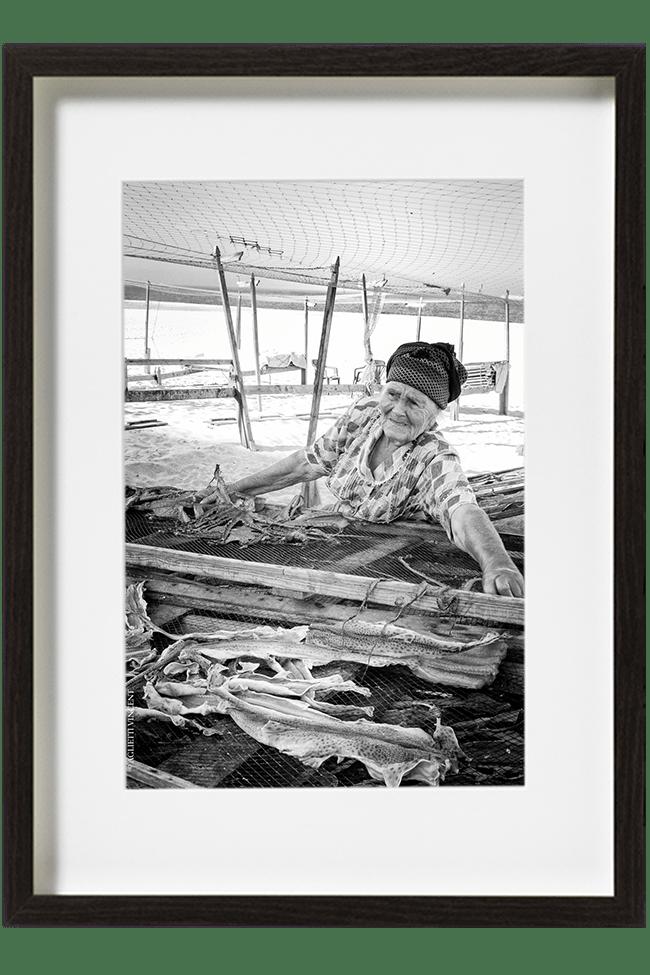 Adelina prépare tous les matin le séchage des poissons en installant son étale sur la plage de Nazaré.