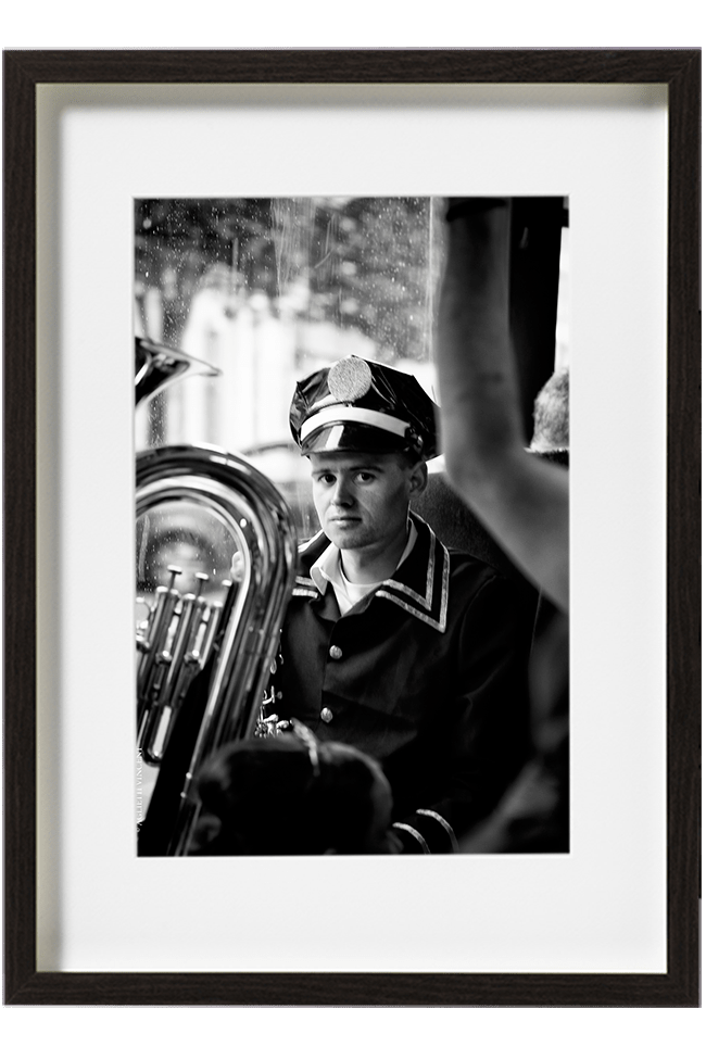 A Lisbonne, au Portugal, les fêtes de la Saint-Antoine, un jeune musicien de la fanfare, joueur de Tuba. Il est vêtu de noir et porte une casquette.