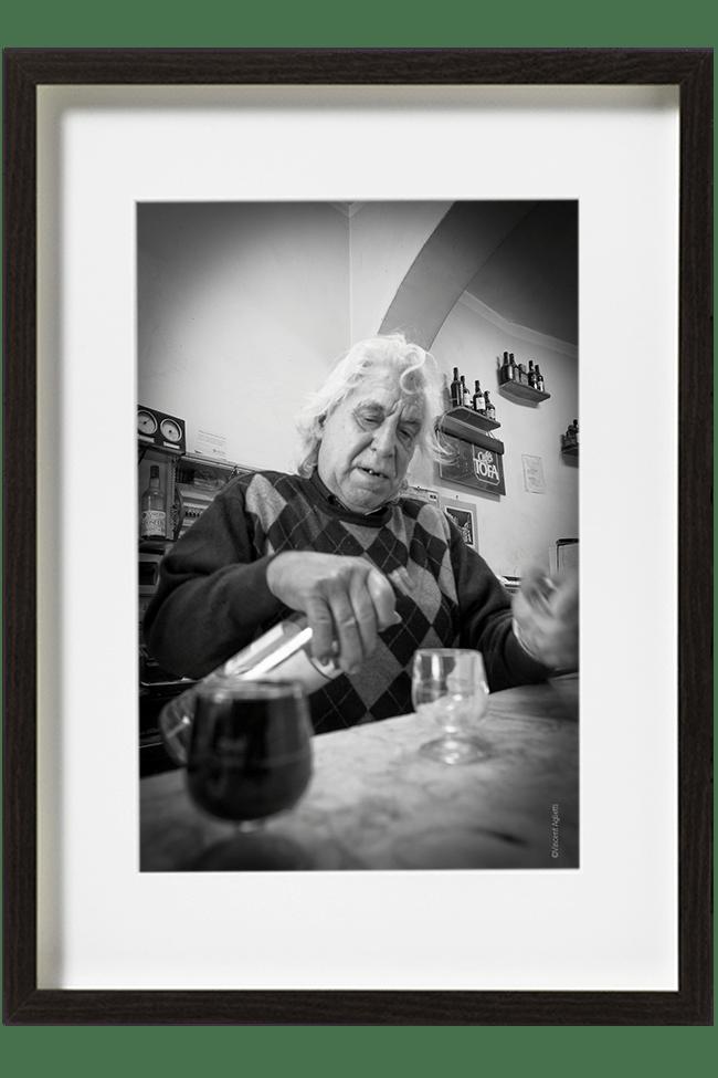 Un patron de bar se sert un verre. Carlos est un patron de bar à la Mouraria quartier de Lisbonne.