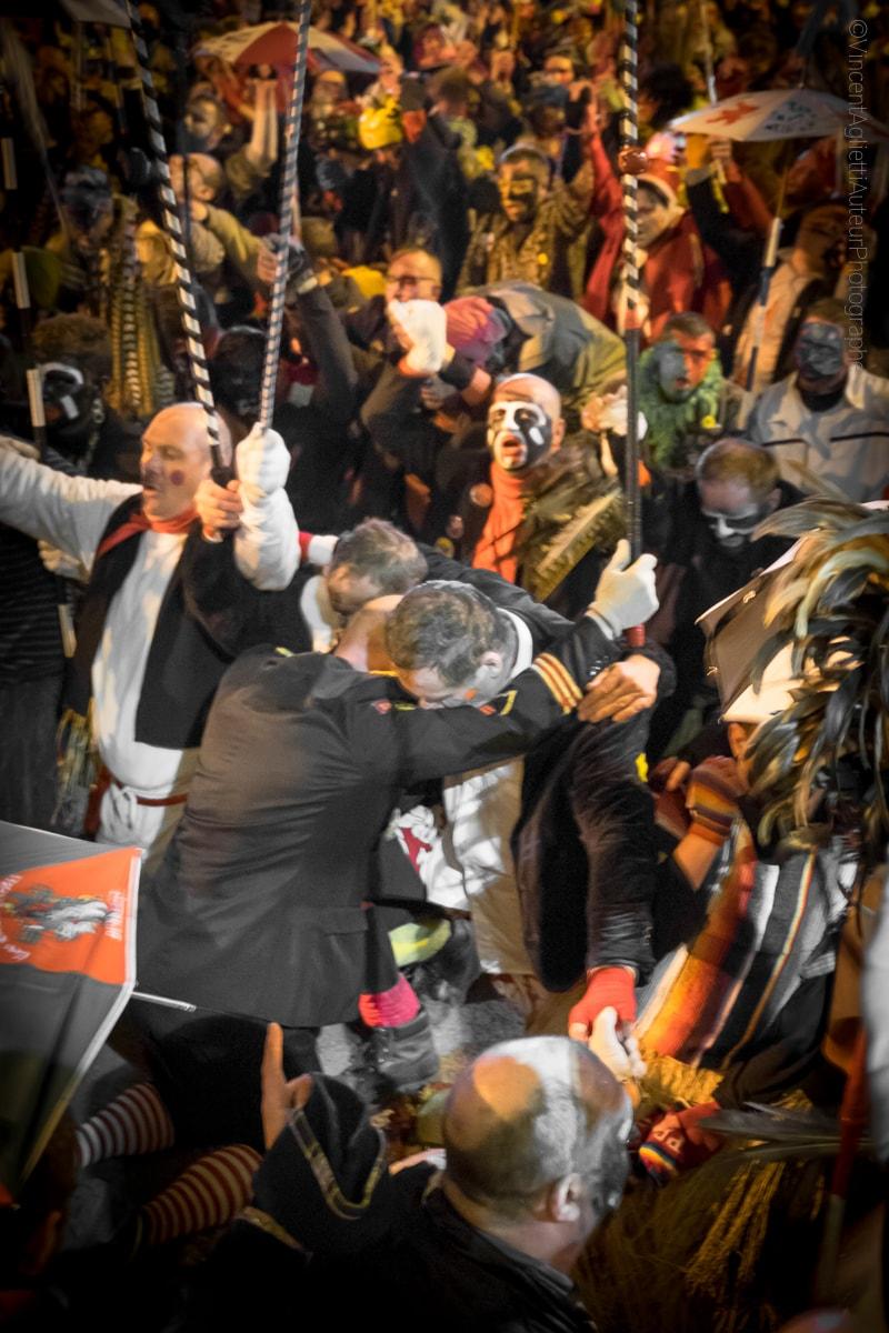 Deux hommes se recueillent un genou à terre pendant l'hymne à Jean Bart, ils se relèveront ensuite pour achever le rigodon.