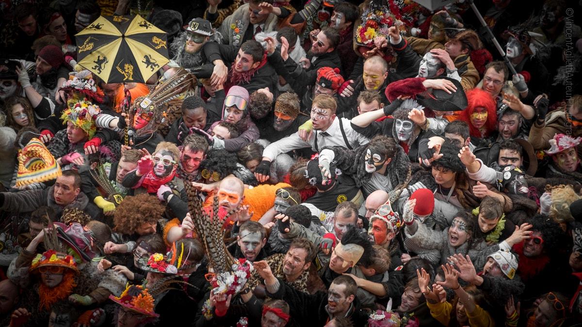 Le traditionnel jet de hareng depuis la mairie de Dunkerque en fevrier 2018, une foule de carnavaleux se malmènent afin de s'offrir un hareng.