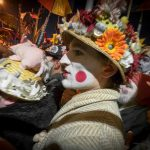 Entraînés dans le rigodon, les carnavaleux les plus expérimentés marchent et chantent jusqu'à la fin de l'après-midi.