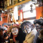 Trois carnavaleux pendant les trois joyeuses refont le monde du carnaval. La fatigue est prête à faire place à la fête.