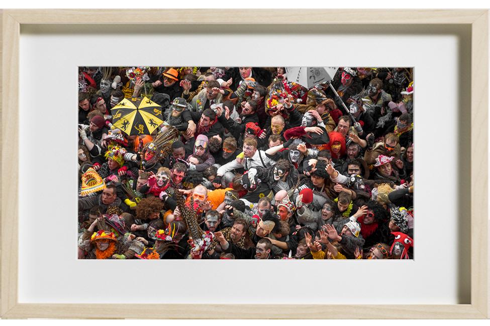 Le traditionnel jet de harengs depuis la mairie de Dunkerque en fevrier 2018, une foule de carnavaleux se malmènent afin de s'offrir un hareng.