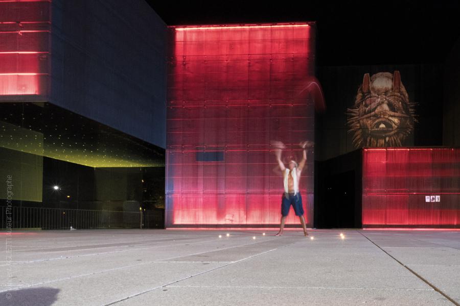 Un artiste la nuit devant Le Centre international des arts José de Guimarães. Photo pour l'exposition Guimaraes, Aqui Nasceu Portugal de Vincent Aglietti et Vincenzo Cirillo.