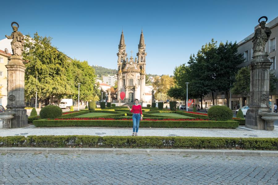 La fille au ballon rouge pose devant Senhora da Consolação pour l'exposition Guimaraes, Aqui Nasceu Portugal de Vincent Aglietti et Vincenzo Cirillo.