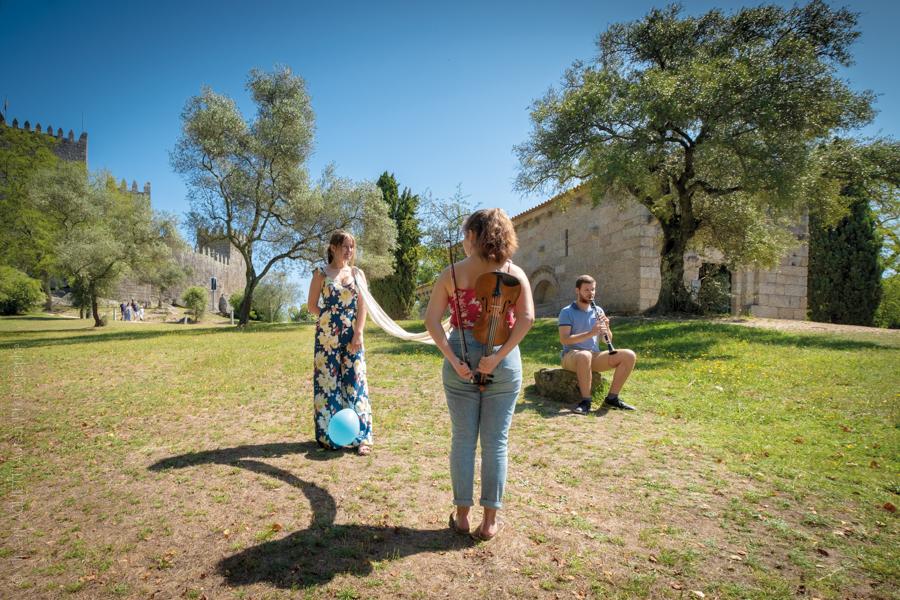 Un trio musical pose devant le Castelo de Guimaraes pour l'exposition Guimaraes, Aqui Nasceu Portugal de Vincent Aglietti et Vincenzo Cirillo.