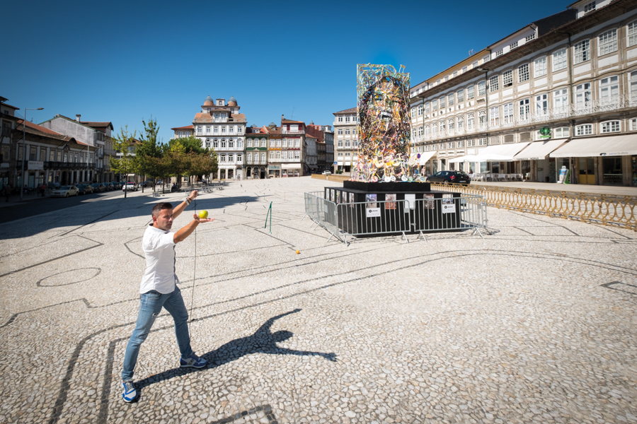 Place Tiago, Pedro de Guimaraes artiste contemporain pose devant sa nouvelle oeuvre pour l'exposition Guimaraes, Aqui Nasceu Portugal de Vincent Aglietti et Vincenzo Cirillo.