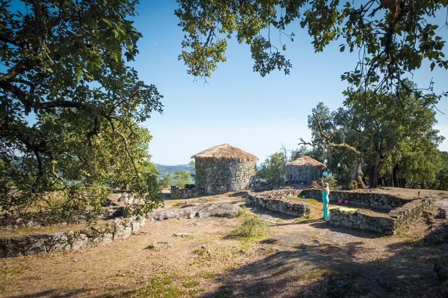 Citânia de Briteiros à quelques kilomètres de Guimaraes, dans un village très ancien une femme jongle avec un ballon bleu.Exposition Guimaraes, Aqui Nasceu Portugal de Vincent Aglietti et Vincenzo Cirillo.