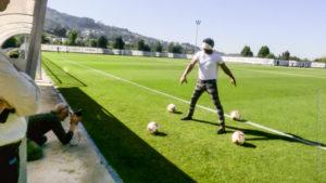 Le photographe Vincent Aglietti cadre l'ancien gardien de football du Portugal Neno, il a les yeux bandés et est entouré de quatre ballons sur le stade d'entrainement.