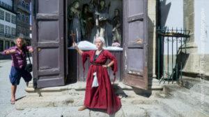 Vincenzo Cirillo place son modèle devant une scène religieuse, photographié par Vincent Aglietti.