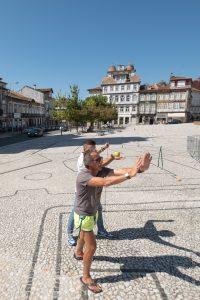 Vincenzo Cirillo place Pedro de Guimaraes pour une photo devant son oeuvre en vue de l'exposition Aqui nasceu Portugal. Photographié par Vincent Aglietti.