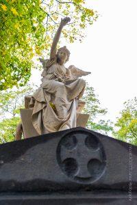 Des statues magistrales offrent une exposition permanente dans ce lieu très people.