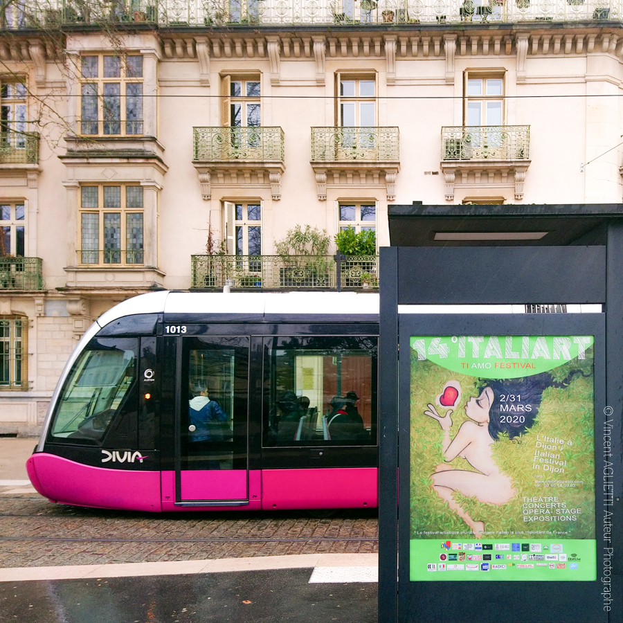 """Campagne d'affichage du 14éme Italiart de Dijon sur les lignes de tramway Divia. L'exposition """"Aqui Nasceu Portugal""""Dans le cadre du jumelage des deux, villes fait partie de ce 14éme festival.."""