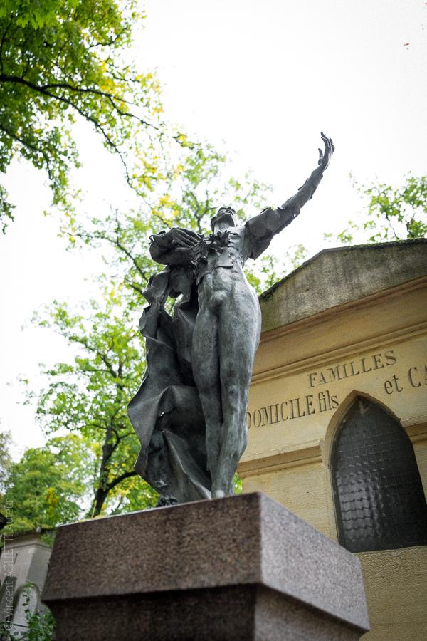 Statue du Danseur Serge Peretti sculpté par son fils adoptif Damien Hermelin.Cimetière du Père Lachaise.