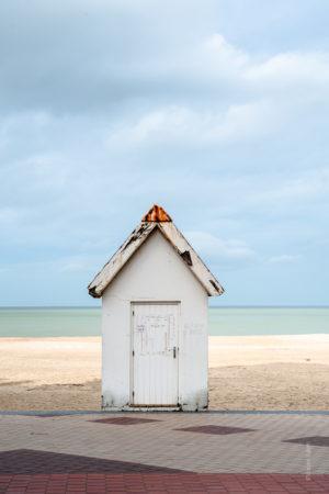 Pistache Vanille Praliné Une petite cabane sur les bords de la plage de knokke le zoute.Une superposition de couleurs du trottoir à l'horizon.La Boutique Caméra Singulier.
