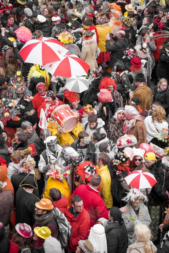 mais où est le carnaval, un groupe de musiciens traversant la foule des carnavaleux du carnaval de dunkerque avec leurs tambours et berguenards.Toutes ses photos sont en vente dans la Boutique Caméra Singulier