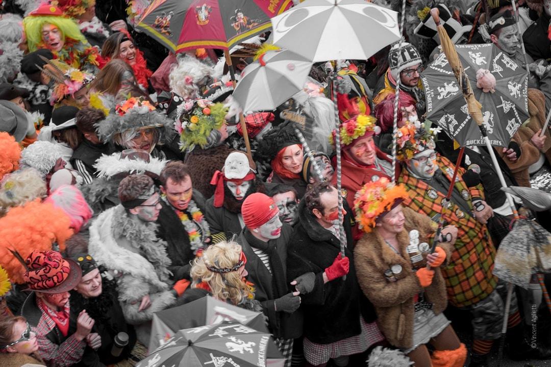un chahut de carnavaleux dans les lignes, une femme attire l'attention.