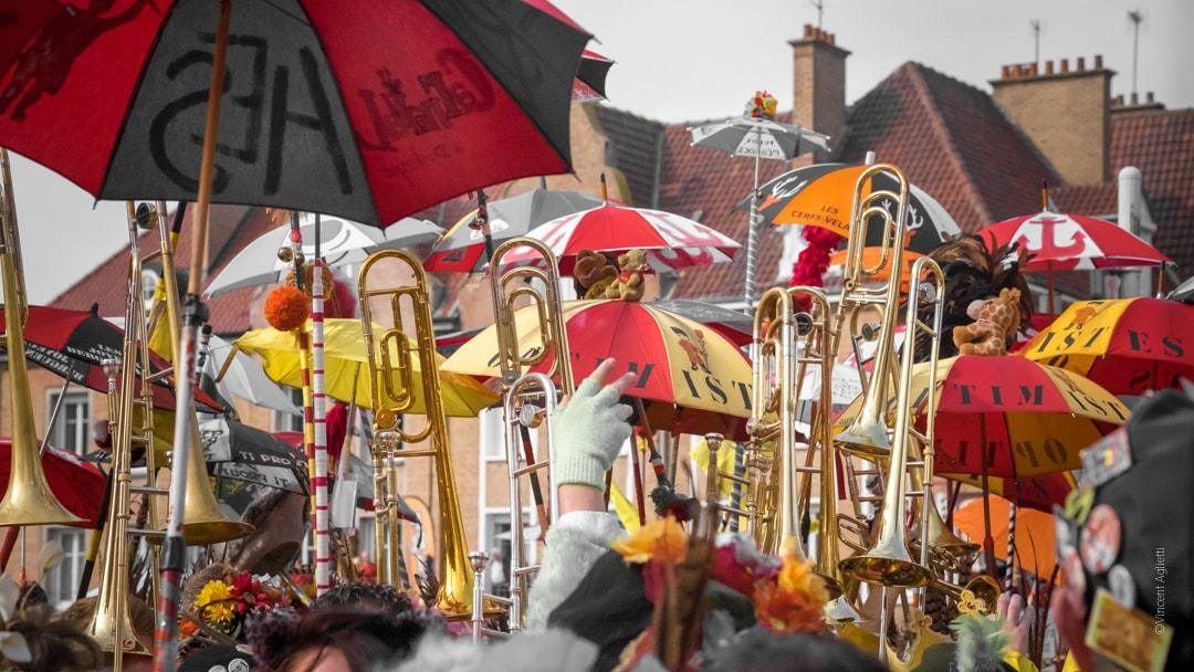 Trombones et berguenards portés à bout de bras au carnaval de Bergues
