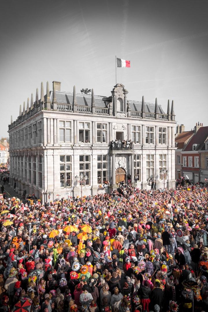 Lancé de fromages et de saucisses locales à la mairie de Bergues, sur la foule dechainée.