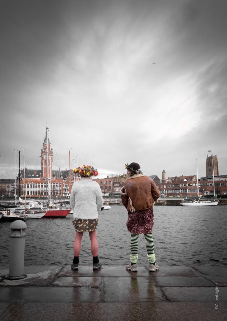 Deux carnavaleux urinant dans le port de Dunkerque face à la mairie
