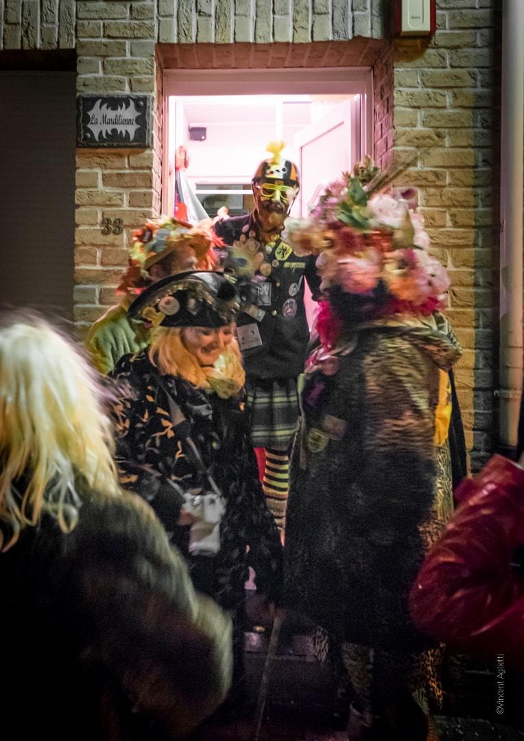 un homme assure la séléction des carnavaleux à l'entrée d'une chapelle.