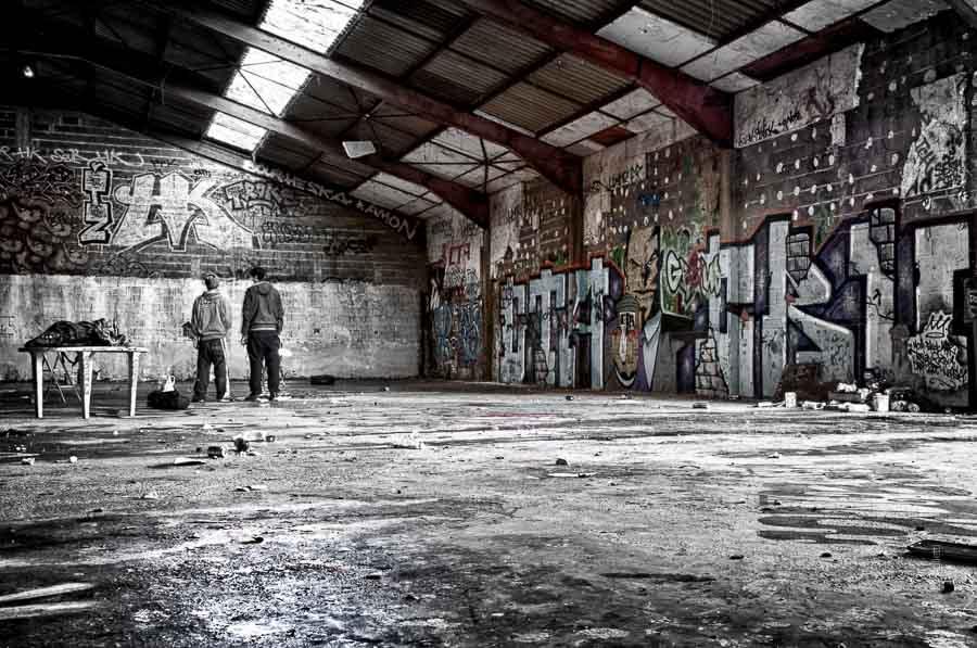 Réflexion des graffeurs des tanneries imaginant un nouveau décor devant ce mur blanc.