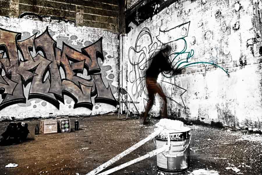 Les graffeurs des tanneries entament les premières esquisses avant de concrétiser leur art.