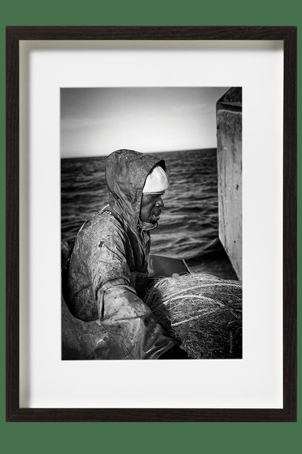 Moussa le marin-pêcheur replie ses filets, la journée est particulièrement difficile et les poissons se font rares.