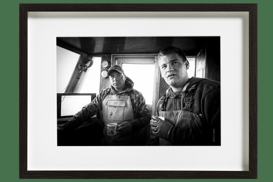 Camille et Arnaud, marins pêcheurs, se réchauffent dans la cabine après une journée peu abondante en poissons.