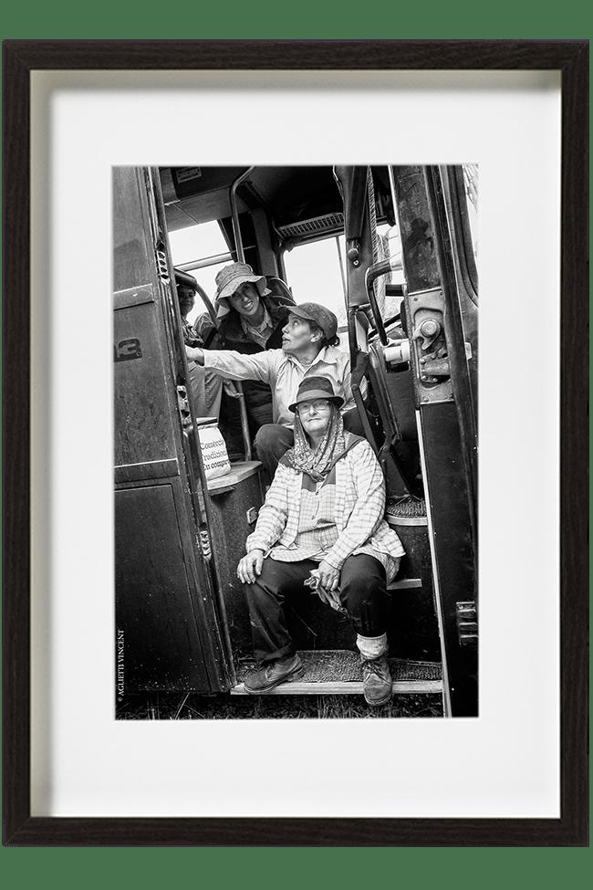 En attendant leur dernière vigne à tailler, quatre femmes sont assises sur les marches du bus de la fondation.