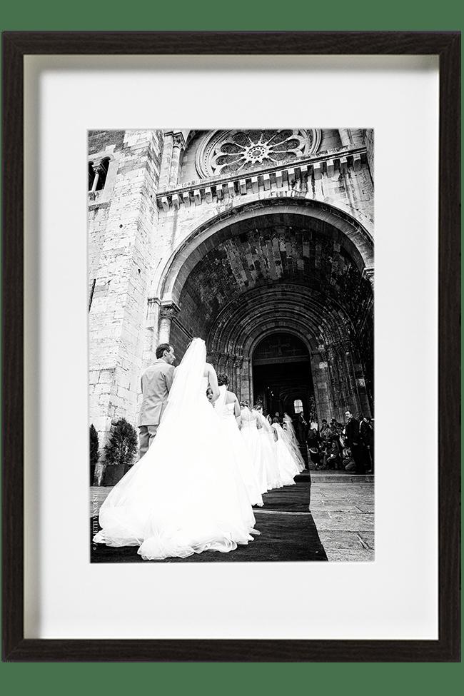 Au Portugal, devant la cathédrale de Lisbonne, les couples de mariés forment une longue file d'attente . Joli cortège de robes de mariée.