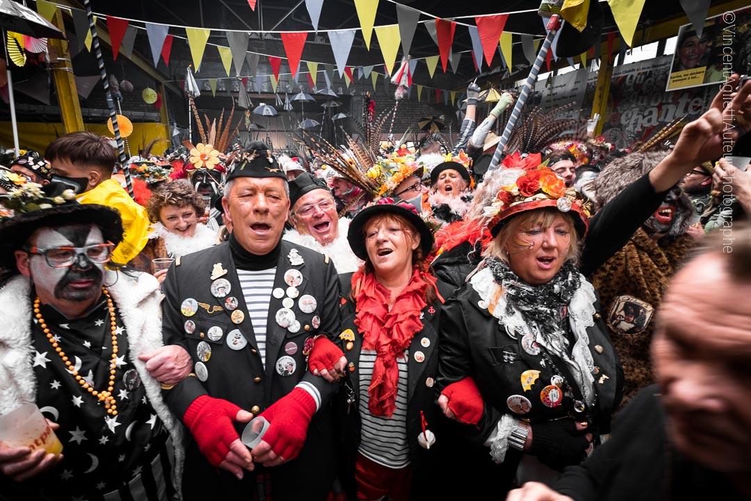Soudés comme il se doit, tous les carnavaleux de la chapelle des dockers bras dessus bras dessous entonnent la cantate à Jean-Bart et l'hommage à Cô-Pinard.