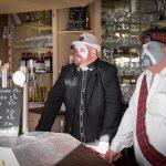 """Bienvenue à """"la maison"""" vous diront les deux gardiens de bar, c'est le nom de ce restaurant qui reçoit des tablées entières de carnavaleux et distille aussi la bonne humeur avant que la fête commence."""