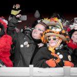 Carnaval de Dunkerque .Un groupe de femmes, à la fenêtre d'un immeuble, immortalise à l'aide de leur portable la bande de Malo chantant les refrains bien connus également de ces carnavaleuses.
